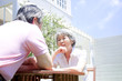 庭で会話するシニアカップル