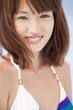 笑顔の水着姿の女性