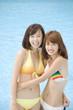抱きあう水着姿の女性2人