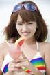 カクテルを持ち微笑む水着姿の女性