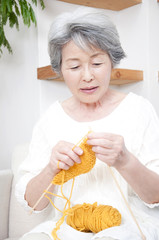 編み物をするシニア女性