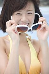 サングラスをかける水着姿の女性