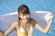タオルで体を拭く水着女性