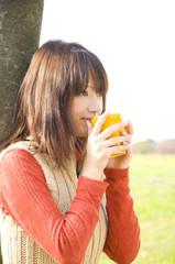 マグカップを持つ笑顔の女性