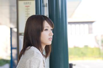 バスを待つ女性
