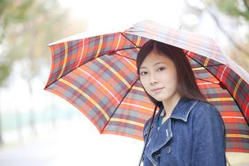傘を差して見つめる女性