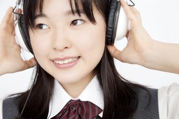 ヘッドホンで音楽を聴く女子中学生