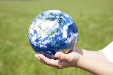 地球儀を持った女の子の手元