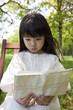 木陰で本を読む女の子