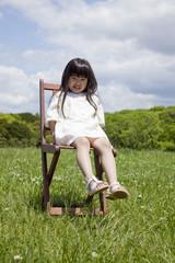 草原でイスに座った女の子