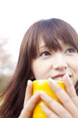 マグカップを持ち微笑む女性