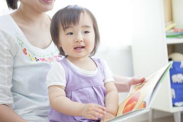絵本を読む親子