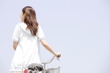 自転車を押している女性
