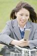自転車に乗りながら携帯電話を触る女子高生