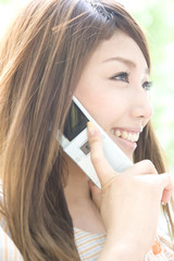 携帯電話で通話をしている女性