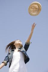 帽子を投げ飛ばしている女性
