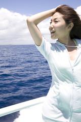 フェリーの上で景色を眺める女性