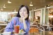 カフェで外を眺める女性