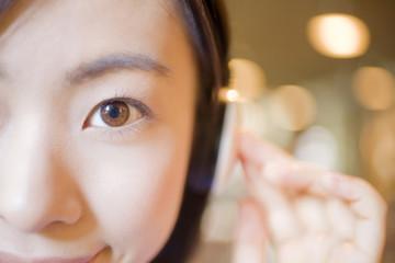 音楽を聞く女性の顔アップ