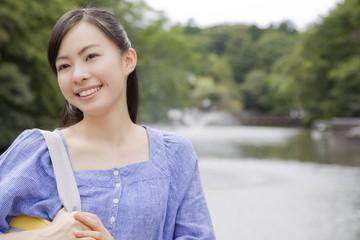 噴水の前で微笑む女性