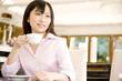 カフェでティーカップを持つ女性
