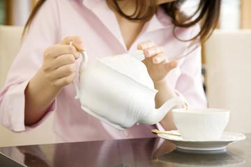 紅茶を淹れる女性の手元