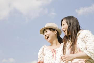 仲良く微笑む女性2人