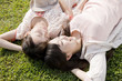 芝生に寝転がる女性2人