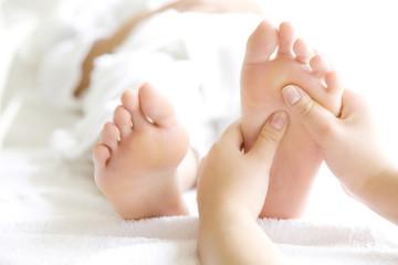 フットエステの施術を受ける女性の足元