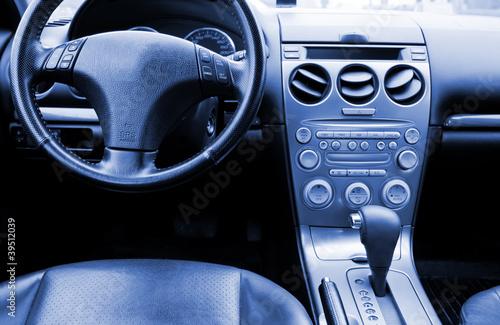 piekne-skorzane-wnetrze-nowoczesnego-samochodu