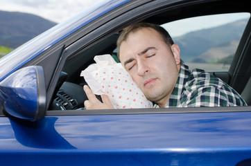 Hombre durmiendo en el coche.