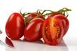 Frische Roma Tomaten mit Messer vor weißem Hintergrund