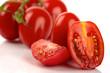 Frische Roma Tomaten geschnitten vor weißem Hintergrund