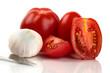 Frische Tomaten mit Messer und Knoblauchzwiebel