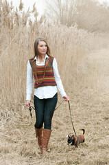 frau macht spaziergang mit chihuahua hund im feld
