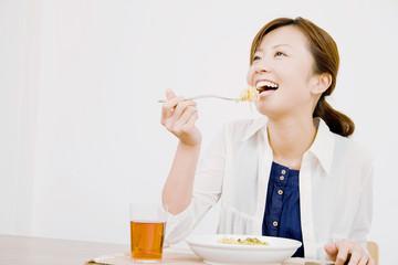 パスタを食べている女性