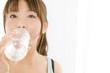 ペットボトルの水を飲んでいる女性