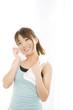 顔の汗をタオルで拭いている女性