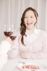 ワインで乾杯をしている女性2人