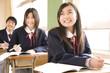 授業に臨む中学生3人