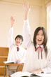 挙手をする中学生男女
