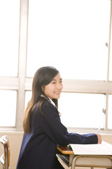 教室で授業を受ける女子中学生