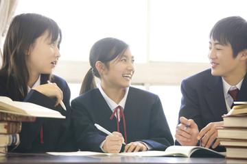 図書室で勉強する3人の中学生