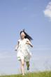 草原を走っている女性