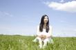 草原に座っている女性