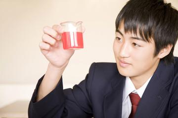 実験をする男子中学生