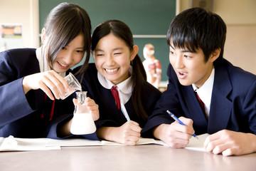 実験をする中学生3人