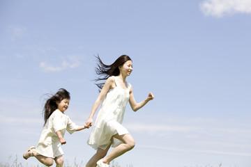 走っている女の子と若い女性