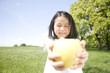 青リンゴを差し出す女の子