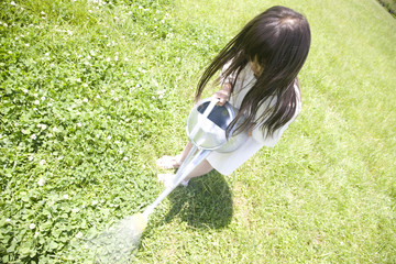 ジョウロで水を撒く女の子
